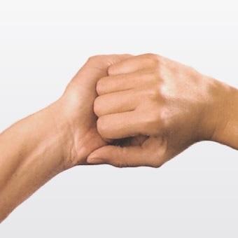 Hygienisches Händewaschen - zwei ineinandergreifende Hände