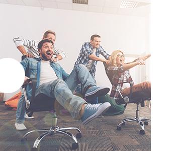 Employer Branding - zwei Teams bestehend aus jeweils zwei Leuten, die ein Rennen mit Bürostühlen veranstalten