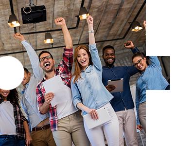 Schulungen - Gruppe von Menschen, die freudestrahlend jeweils ihren linken Arm in freudiger Siegerpose emporstrecken