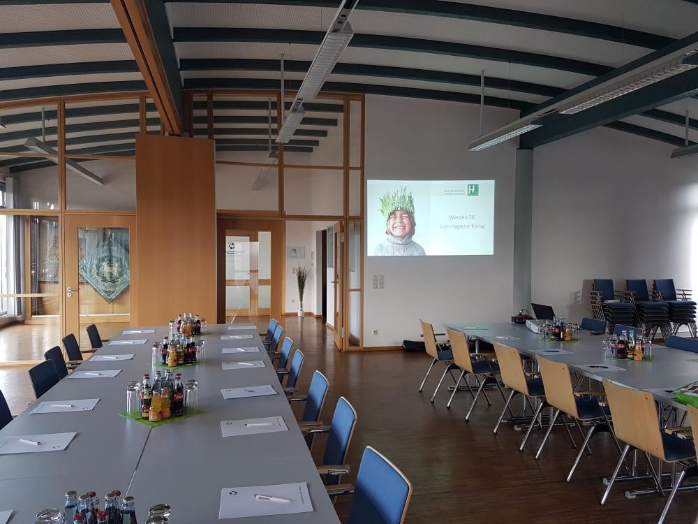 Vorbereiteter Schulungsraum durch Häcker & Partner - Thema: Werden Sie zum Hygiene-König
